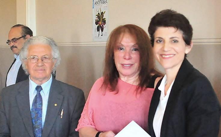 Στη φωτό η κ. Μάρω Νικολάου, στην οποία απονεμήθηκε το Α' Βραβείο ποίησης, ενώ παραλαμβάνει το βραβείο της από τον κ. Κυριάκο Αμανατίδη παρουσία της κ. Καίτης Αρώνη