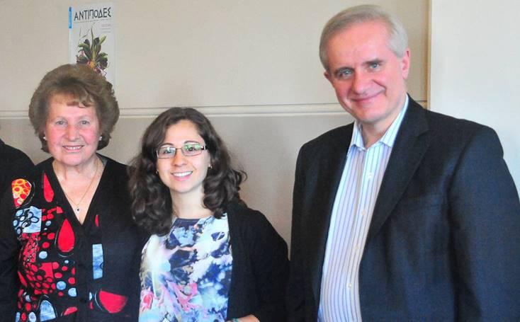 Η δ. Κλαίρη Κατακουζηνού ενώ παραλαμβάνει το πρώτο βραβείο ποίησης στα Αγγλικά από τον Δικαστή Αιμίλιο Κύρου παρουσία της κ. Ματίνας Παναγιωτοπούλου