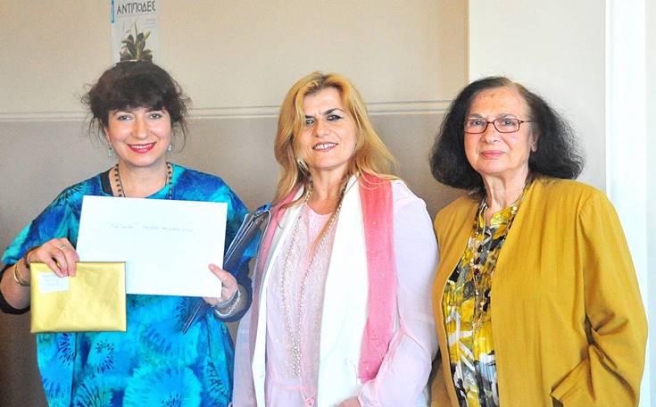Η Σαλώμη Αργυροπούλου παραλαμβάνει έπαινο για τη διάκρισή της στην ποίηση στα Αγγλικά από τη Δρ Ανθή Μπαλτατζή, παρουσία της κ. Αθηνάς Γκινάκη